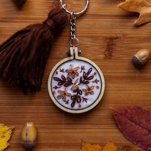 Barna Virágos hímzett kulcstartó , Ékszer, Hímzés, Hímzett kulcstartó virág hímzéssel, kerek mini hímzőkeretben. \nMérete:  5 cm \n, Meska