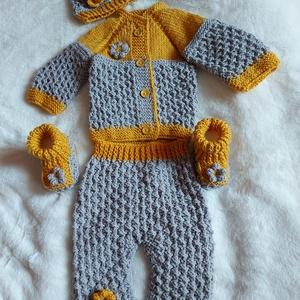 Baby öt részes garnitúra, Ruha & Divat, Babaruha & Gyerekruha, Babafotózási ruha és kellék, Kötés, Horgolás, Minőségi fonalból kötött és horgolt díszítésű garnitúra, fa gombokkal. A kiskabát szabása raglán faz..., Meska