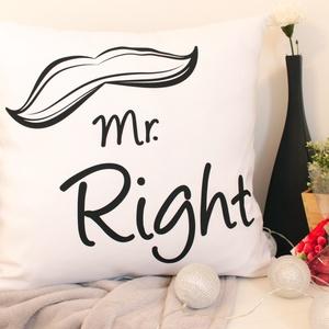 Mr. Right, Otthon & Lakás, Dekoráció, Dísztárgy, Fotó, grafika, rajz, illusztráció, Varrás, Fehér díszpárnahuzat, fekete Mr. Right grafikával.\nMéret: 50x50 cm\nPárnabelsővel kérhető., Meska
