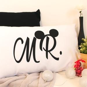 Mr. Mickey, Otthon & Lakás, Dekoráció, Dísztárgy, Fotó, grafika, rajz, illusztráció, Varrás, Fehér díszpárnahuzat, fekete Mr. grafikával.\nMéret: 65x40\nPárnabelsővel kérhető., Meska
