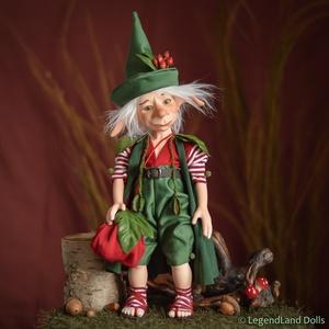 Karácsonyi manónak öltözött optimista kobold figura, FÉLIX porcelán bjd fiú baba, Otthon & lakás, Dekoráció, Ünnepi dekoráció, Karácsony, Karácsonyi dekoráció, Képzőművészet, Szobor, Kerámia, Baba-és bábkészítés, Szobrászat, Félix - optimista kobold koma\n31 cm magas (+kalap) porcelán testű figura, zsákjában vajon mi van ?\nS..., Meska