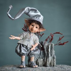 Ezüsttel díszített manó figura, IZIDOR kis porcelán fiú BJD baba, Otthon & lakás, Dekoráció, Dísz, Lakberendezés, Asztaldísz, Képzőművészet, Szobor, Baba-és bábkészítés, Szobrászat, IZIDOR manó - a holdfény őrzője\n22 cm (+sapka) magas porcelán testű figura, ide-oda állítgatható óri..., Meska