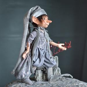 Ezüst díszítésű nagy kobold figura, JOACHIM porcelán BJD  fiú baba, Otthon & lakás, Dekoráció, Dísz, Képzőművészet, Szobor, Kerámia, Vegyes technika, Baba-és bábkészítés, Szobrászat, JOACHIM - űrfutár kobold\n31 cm magas (+sapka) porcelán testű figura, hatalmas ezüstös sapkában és zs..., Meska