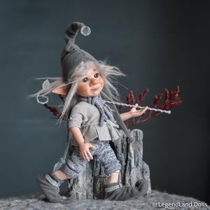Ezüstös kis manó figura, FINN kisfiú porcelán BJD baba, Otthon & lakás, Dekoráció, Dísz, Lakberendezés, Asztaldísz, Képzőművészet, Szobor, Baba-és bábkészítés, Szobrászat, FINN - csillagvándor manó\n22 cm (+sapka) magas porcelán testű figura, ezüstös díszítéssel és vándorb..., Meska
