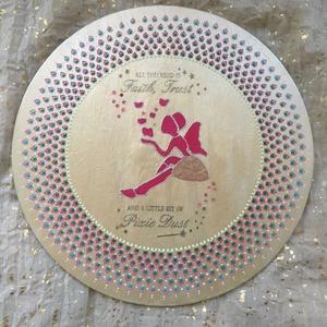 Tündér kép pontozott technikával, Otthon & lakás, Dekoráció, Kép, Képzőművészet, Napi festmény, kép, Decoupage, transzfer és szalvétatechnika, Festészet, 25 cm-es fa alapra készült akril festékkel. A tündér ruhája bársonyporral díszített. A felirat trans..., Meska