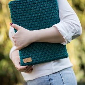 Notebook védőtok, Ebook & Tablet tok, Laptop & Tablettartó, Táska & Tok, Horgolás, Varrás, Felülről nyitott bársonyzöld színű horgolt notebook védőtok, homokszínű pöttyös béléssel, melybe kön..., Meska