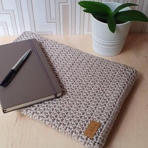 Notebook tartó, homok  színű horgolt, Táska & Tok, Laptop & Tablettartó, Laptoptáska, Varrás, Horgolás, Homokszínű horgolt notebook védőtok virágos mintás belső béléssel. A tartóba könnyedén bele tudod cs..., Meska