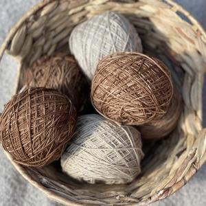 Növénnyel festett bézs színű egyedi fonal, Fonal, cérna, Gyapjúfonal, Kötés, horgolás, Növénnyel festett  100% merino gyapjú fonal\nSúly/Hossz: 10 g = kb. 350 m\nAjánlott tűméret: 3 mm\nKézz..., Meska