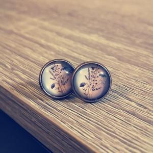 Üveglencse bedugós fülbevaló, Ékszer, Fülbevaló, Pötty fülbevaló, Ékszerkészítés, Mezei virágmintás bedugós üveglencse fülbevaló bronz foglalattal\nÁtmérő: 14mm, Tömeg: 4g, Meska