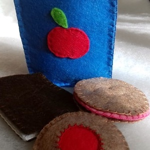 Almalé sütikkel filcből, Készségfejlesztő, 3 éves kor alattiaknak, Játék & Gyerek, Varrás, Gyermekek számára készítettem gyapjúfilcből a  dobozos almalevet és a sütiket. Kiváló, variálható já..., Meska