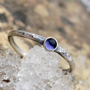 Ezüst Iolit gyűrű, Ékszer, Gyűrű, Ékszerkészítés, Ötvös, Iolit (3mm) ezüstbe foglalva. \n\nEzüstékszereimet hagyományos ötvös technikával, keményforrasztással,..., Meska