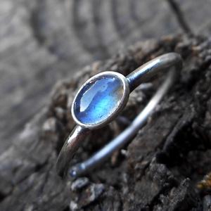 Ezüst Labradorit gyűrű, Ékszer, Gyűrű, Ékszerkészítés, Ötvös, Labradorit (6x4mm) ezüstbe foglalva. A kő fénye csak egyes szögekből látható.\n\nA labradorit színe mi..., Meska