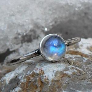 Ezüst Holdkő gyűrű, Ékszer, Gyűrű, Ékszerkészítés, Ötvös, Holdkő (6mm) ezüstbe foglalva. \n\nEzüstékszereimet hagyományos ötvös technikával, keményforrasztással..., Meska