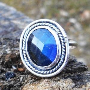 Ezüst Labradorit gyűrű, Ékszer, Gyűrű, Ékszerkészítés, Ötvös, Labradorit ezüstbe foglalva. A kő fénye csak egyes szögekből látható.\n\nEzüstékszereimet hagyományos ..., Meska