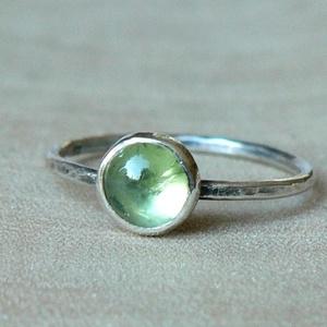 Ezüst Olivin gyűrű, Ékszer, Gyűrű, Ékszerkészítés, Ötvös, Olivin (6mm) ezüstbe foglalva. \n\nEzüstékszereimet hagyományos ötvös technikával, keményforrasztással..., Meska