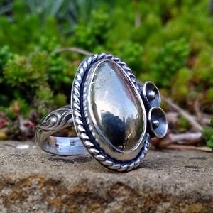 Ezüst Pirit gyűrű, Statement gyűrű, Gyűrű, Ékszer, Ékszerkészítés, Ötvös, Ausztrál Pirit ezüstbe foglalva. \n\nA kőnek arany fénye van, nehéz lefényképezni.\n\nEzüstékszereimet h..., Meska