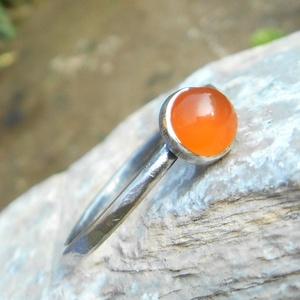Ezüst Karneol gyűrű, Ékszer, Gyűrű, Ékszerkészítés, Ötvös, Karneol (6mm) ezüstbe foglalva. \n\nEzüstékszereimet hagyományos ötvös technikával, keményforrasztássa..., Meska