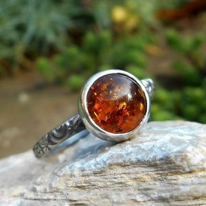 Ezüst Borostyán gyűrű, Ékszer, Gyűrű, Ékszerkészítés, Ötvös, Borostyán (8mm) ezüstbe foglalva. \n\nEzüstékszereimet hagyományos ötvös technikával, keményforrasztás..., Meska