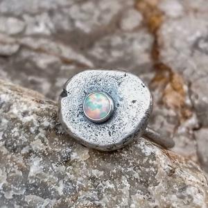 Ezüst Opál gyűrű - NORICUM , Ékszer, Gyűrű, Szoliter gyűrű, Ékszerkészítés, Ötvös, Opál (szintetikus, 4mm) ezüstbe foglalva. \n\nNoricum a Római Birodalom provinciája volt. Lakosainak z..., Meska
