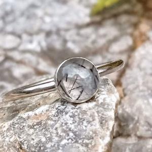 Ezüst Rutilos Kristály gyűrű, Ékszer, Gyűrű, Statement gyűrű, Ékszerkészítés, Ötvös, Rutilos Kristály (6mm) ezüstbe foglalva. \n\nEzüstékszereimet hagyományos ötvös technikával, keményfor..., Meska