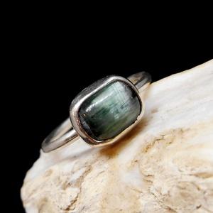 Ezüst Turmalin gyűrű, Ékszer, Gyűrű, Szoliter gyűrű, Ékszerkészítés, Ötvös, Zöld Turmalin macskaszemmel (8x6 mm), ezüstbe foglalva. \n\nEzüstékszereimet hagyományos ötvös technik..., Meska