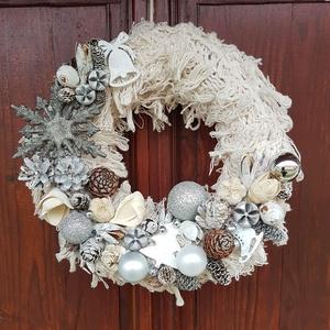Kopogtató, ajtókopogtató, Karácsonyi ajtódísz, Karácsonyi kopogtató - 25cm-, Karácsony & Mikulás, Karácsonyi kopogtató, Virágkötés, Törtfehér - ezüst - fehér színvilágban készült kötött alapra. Karácsonyi  ajtó kopogtató - 25cm .\nSz..., Meska