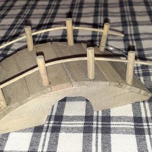 Fa Manó híd 10,4cmx5,4cmx5cm - SOK FAJTA MANÓ TERMÉKEM VAN !!!!!., Dekorációs kellékek, Figurák, Famegmunkálás, Fa Manó híd 10,4cmx5,4cmx5cm\n\nSzemélyes átvételre a 6.ker.Oktogon környékén,3.ker. egyes részein Ill..., Meska
