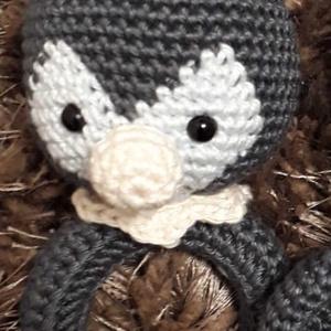 Topi a kis pingvin csörgő, Csörgő, 3 éves kor alattiaknak, Játék & Gyerek, Horgolás, 100% pamut fonalból készült biztonsági szemekkel ellátott csörgő. A fakarika és a fonal segít a fogz..., Meska