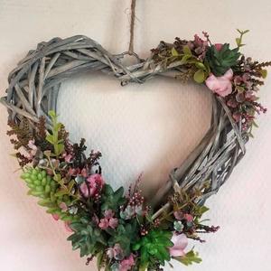 Szív-virág-szerelem,pozsgás kopogtató, örök ajtódísz., Ajtódísz & Kopogtató, Dekoráció, Otthon & Lakás, Virágkötés, Ajtódísz pozsgás és selyemvirág díszítéssel. Vintige stílusú vesszőalapra, kiváló minőségű, eredetit..., Meska