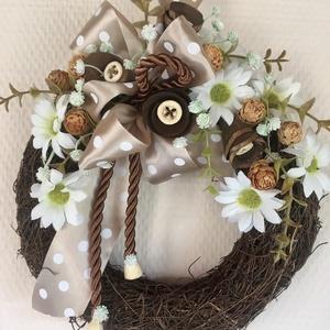 Pöttyös szalagos ajtódísz, őszi kopogtató, margaréta koszorú., Ajtódísz & Kopogtató, Dekoráció, Otthon & Lakás, Virágkötés, Ajtódíszem szépségét a pöttyös szalag teszi igazán finoman egyedivé. Természetes, iszalag alapra rag..., Meska