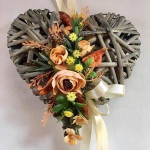 Szív kopogtató, őszi ajtódísz, Ajtódísz & Kopogtató, Dekoráció, Otthon & Lakás, Virágkötés, Ajtódísz, antikolt hatású szív alakra, az ősz gyönyörű színével díszítve. Átmérője: 20 cm...., Meska