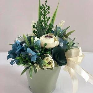 Kék-türkiz asztaldísz, selyemvirág dekoráció., Asztaldísz, Dekoráció, Otthon & Lakás, Virágkötés, Fém kaspóban megálmodott, kék-türkiz, krém színű selyemvirág dekoráció. 19 cm magas és 14 cm széles...., Meska