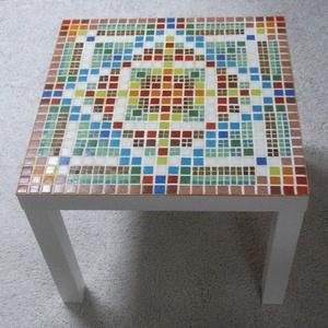 Fehér mozaik asztal, Bútor, Otthon & lakás, Asztal, Képzőművészet, Lakberendezés, Mozaik, Egy egyszerű kisasztalt díszítettem színes mozaikkal. Így már nem egyszerű. :-) Beltérben használand..., Meska
