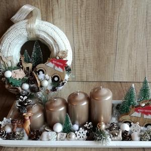 Adventi koszorú és ajtódisz, Otthon & lakás, Dekoráció, Ünnepi dekoráció, Karácsony, Karácsonyi dekoráció, Virágkötés, Fehér fatál alapra készült adventi koszorú.\nA mérete 38*15 cm.\nMogyorószínű gyertyával, fenyővel, ki..., Meska