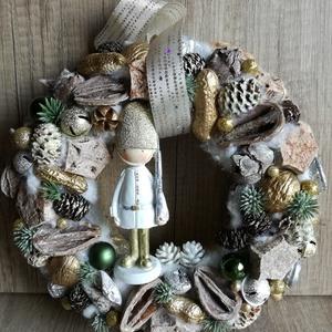 Diótörős kopogtató és ajtódísz, Otthon & lakás, Dekoráció, Ünnepi dekoráció, Karácsonyi, adventi apróságok, Karácsonyi dekoráció, Virágkötés, Ez a diótörős kopogtató az arany és ezüst színkombinációjával válik igazán ünnepivé. Átmérője kb.23..., Meska