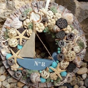 Tengerpartos, Lakberendezés, Otthon & lakás, Koszorú, Ajtódísz, kopogtató, Dekoráció, Virágkötés, Az ajtódisz átméröje 25 cm.Egy fából készült hajót vesznek körbe termések és kagylók tengeri herkent..., Meska