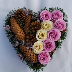 Szív alakú sírdísz, Egyéb, Virágkötés, Farostlemez talpon sötétzöld filc anyaggal bevont rungarocellre ragaszttott tobozok, selyemvirágok, ..., Meska