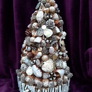 karácsonyfa, Művészet, Virágkötés, Kartonból egy gúlát hajtogattam, rögzítettem, kis kerítéssel bevont alapot készítettem neki. Rengete..., Meska