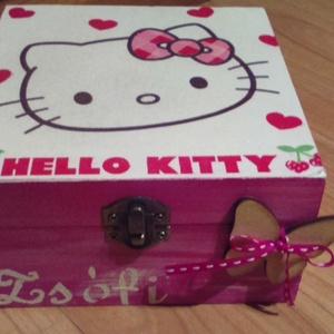 Hello Kitty dobozka, Gyerek & játék, Gyerekszoba, Tárolóeszköz - gyerekszobába, Dekoráció, Otthon & lakás, Decoupage, transzfer és szalvétatechnika, Festészet, Festett fa dobozka vidám HELLO KITTY mintával.15x15x6 cm es mérettel.A dobozka a lakkrétegnek köszön..., Meska