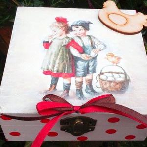 Húsvéti nosztalgia doboz, Otthon & lakás, Egyéb, Dekoráció, Húsvéti díszek, Ünnepi dekoráció, Konyhafelszerelés, Decoupage, transzfer és szalvétatechnika, Festészet, Festett fa dobozka vidám húsvéti mintával.12x12x5cm es mérettel.A dobozka a lakkrétegnek köszönhető..., Meska
