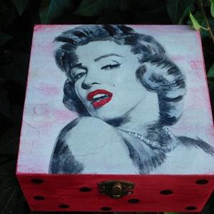 Marilyn Monroe dobozka , Dekoráció, Otthon & lakás, Egyéb, Lakberendezés, Tárolóeszköz, Decoupage, transzfer és szalvétatechnika, Festészet, Festett fa dobozka vidám Marilyn_Monroe mintával.15x15x6 cm es mérettel.A dobozka a lakkrétegnek kös..., Meska