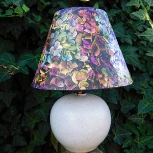 Hortenziás lámpa , Asztali lámpa, Lámpa, Otthon & Lakás, Decoupage, transzfer és szalvétatechnika, Festészet,  A lámpa mérete:18x23 cm  A teteje vászon a lámpa alja porcelán.\n, Meska