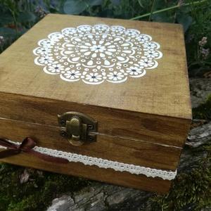 Natur egyszerűség , Dekoráció, Otthon & lakás, Egyéb, Lakberendezés, Festészet, Festett fa dobozka vidám mandala mintával.15x15x6 cm es mérettel.A dobozka a lakkrétegnek köszönhető..., Meska