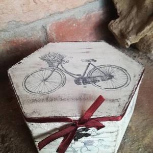 Levendulás dobozka, Díszdoboz, Dekoráció, Otthon & Lakás, Festészet, Festett fa dobozka shabby chic stílusban. 6 szögletü.Átméröje: 14x15 cm es magassága:8cm A dobozka a..., Meska