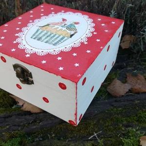 Karácsonyi ajándék szett, Karácsonyfadísz, Karácsony & Mikulás, Otthon & Lakás, Decoupage, transzfer és szalvétatechnika, Festészet, Festett fa dobozka vidám karácsonyi sütis mintával.15x15x6 cm es mérettel.A dobozka a lakkrétegnek k..., Meska
