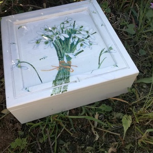 Hóvirágos doboz , Egyéb, Lakberendezés, Otthon & lakás, Tárolóeszköz, Festészet, Festett fa dobozka hóvirág mintával.15x15x6 cm es mérettel.A dobozka a lakkrétegnek köszönhetően víz..., Meska