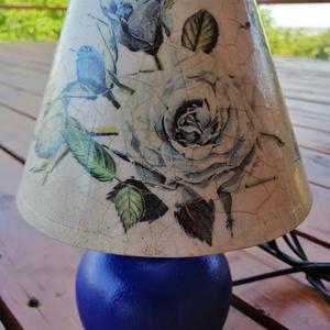 Vintage lámpa , Asztali lámpa, Lámpa, Otthon & Lakás, Decoupage, transzfer és szalvétatechnika, Festészet, Asztali lámpa,krém zsínű kerámia talpal. A lámpa búrája festett és repedezett felületű. A lámpa mére..., Meska