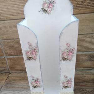Vintage  papírzsebkendő tartó, Otthon & Lakás, Lakberendezés, Decoupage, transzfer és szalvétatechnika, Vintage stilusban festett papírzsebkendő tartó a romantika  kedvelőinek.\nMérete:30x13x7cm, Meska
