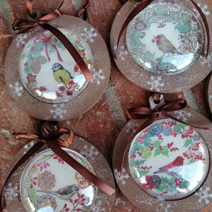 Natúr karácsonyi dekoráció szett , Egyéb, Otthon & lakás, Dekoráció, Decoupage, transzfer és szalvétatechnika, Különleges natúr karácsonyi dekoráció.  Fa alapra festett amit egy műanyag lencse zár be.  Az ár 5db..., Meska