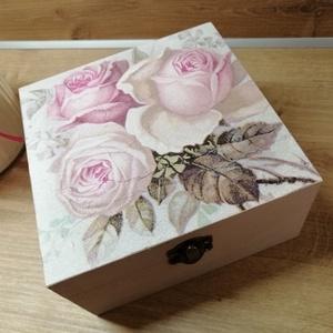 Vintage doboz, Díszdoboz, Dekoráció, Otthon & Lakás, Decoupage, transzfer és szalvétatechnika, Festészet, Festett fa vintage  dobozka 15x15x6 cm es mérettel.A dobozka a lakkrétegnek köszönhetően vízálló,így..., Meska